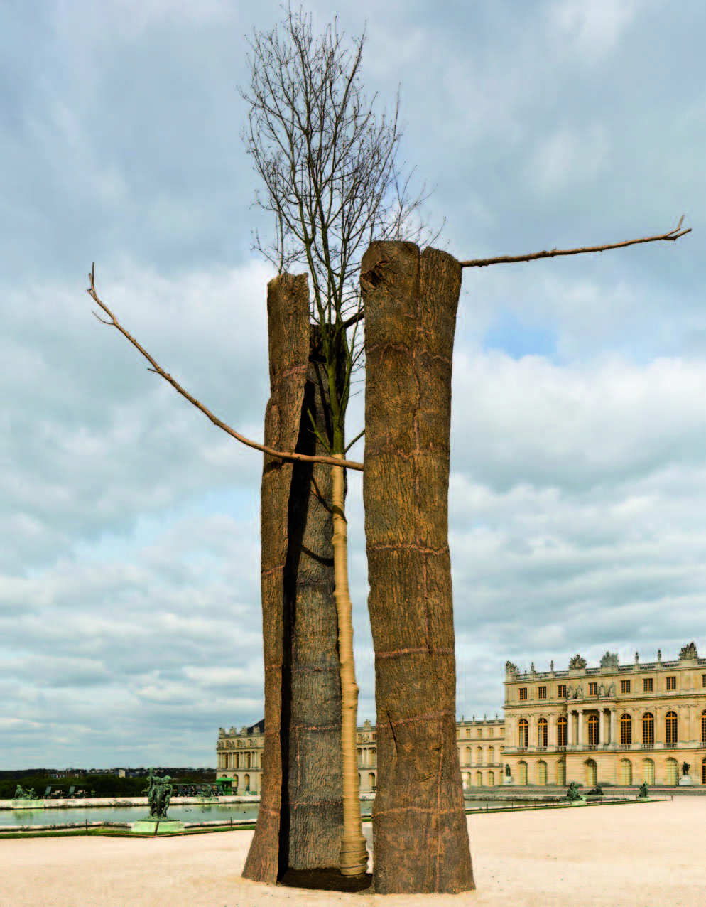 Penone Versailles : Giuseppe Penone. Tra scorza e scorza / Entre écorce et écorce. 2003, bronze et frêne, 950 x 430 x 280 cm. ©  Courtesy Giuseppe Penone - photo tadzio