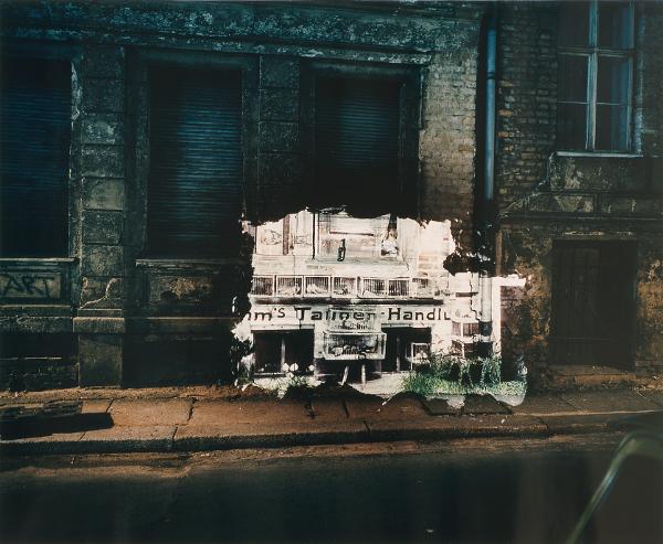 Retour sur l'abîme. L'art à l'épreuve du génocide : Shimon Attie, Steinstrasse 21, Jewish-owned Pigeon shop (1931), de la série Berlin, the writing on the wall 1991, photographie couleur, 68 x 83 cm