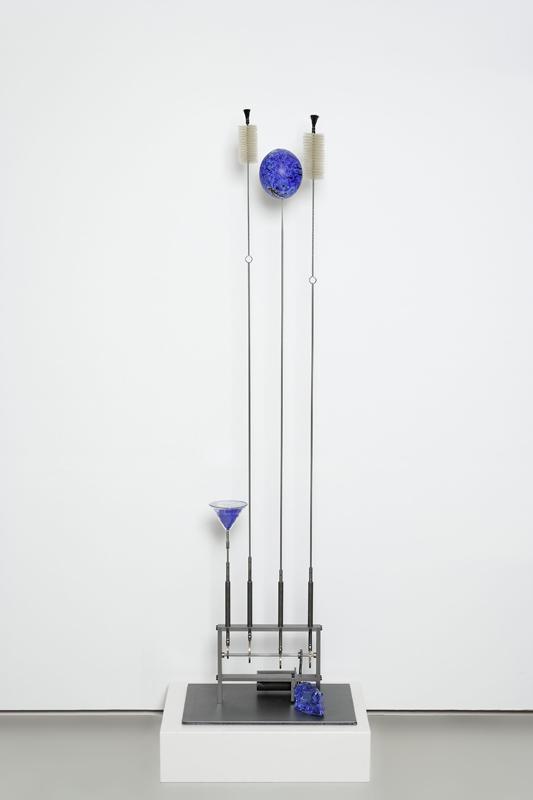 Sculpture'Elles : Rebecca Horn. Universe in an ostrich egg. 2008, brosses, oeuf d'autruche bleu, entonnoir, acier, électronique, moteur, socle, 180 x 50 x 30 cm. Courtesy galerie Lelong, Paris.