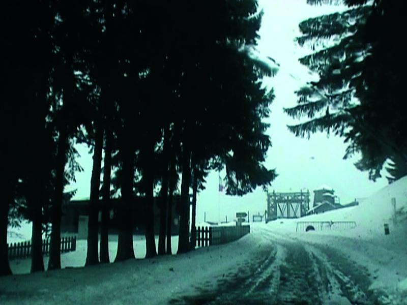 Tania Mouraud. Une rétrospective : Sightseeing. 2002. DVD vidéo, pal, couleur, sonore, Durée : 7', édition de 5.  Collection musée d'Art moderne de la Ville de Paris.