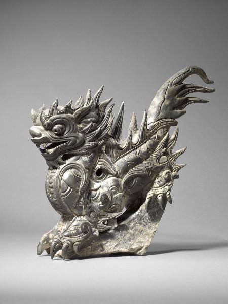 L'envol du dragon : art royal du Vietnam : Ornement de toiture en forme de dragon Terre cuite grise Epoque Lê, 18e siècle H. 61 cm ; L.. 45 cm ; P. 18 cm   MNAAG, Paris © D.R / Photos : Thierry Ollivier