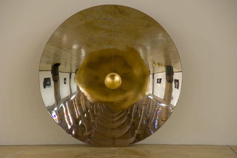 Incandescence : Vladimir Skoda, Galileo-Galilei, 2004-2011 Miroir concave sphérique en acier inox  poli, Diamètre 185 cm x 27 cm, sphère en acier doré, Diamètre 20 cm, mécanisme du mouvement continu Vue de l'exposition « Trou blanc », Carré Sainte-Anne, Montpellier, 2010