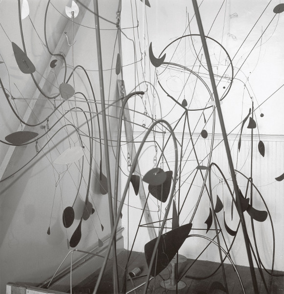 Alexander Calder – Arbres, Désigner l'abstraction :   Alexander Calder The Spider (1939), The Hairpins (1939), Sphere Pierced by Cylinders (1939), Leaves and Tripod (1939) et autres ouvrages dans l'atelier de Alexander Calder à New York, 1940 © 2013 Calder Foundation, New York / Artists Rights Society, New