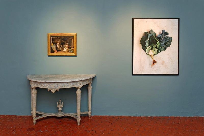 Sur mesures : Salle de la cuisine : ANTOINE RASPAL, Intérieur d'une cuisine, vers 1775 et JACQUELINE SALMON et ROBERT HAMMERSTIEL, Chou-fleur, de la série La racine des légumes, 1998-2000. Ph. FRANTA BARTON