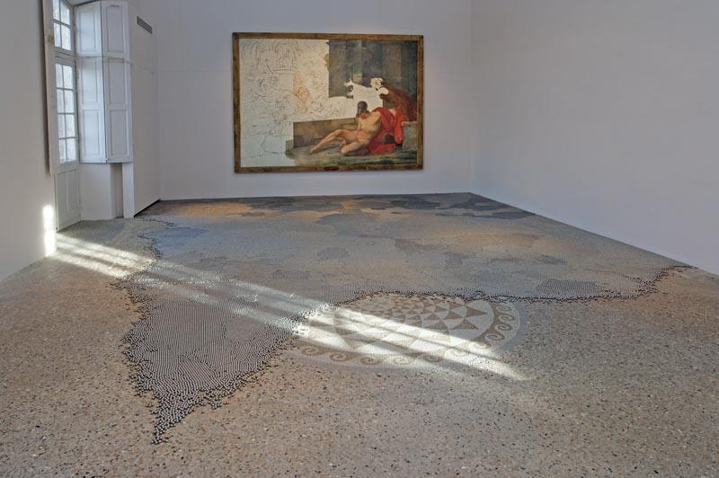 Sur mesures : Vue de l'installation de VLADIMIR SKODA, Entropia grande, 1- ?, 2001-2005 (collection de l'artiste) dans l'atelier de JACQUES RÉATTU.A l'arrière-plan : La mort d'Alcibiade, 1796 © ADAGP 2011. Ph. FRANTA BARTON