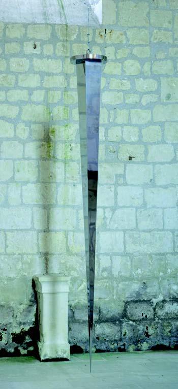 Tenir, debout : Yazid Oulab. Alif. 2009, clou en inox, 257 x 30 cm. Collection privée, Courtesy Galerie Éric Dupont, Paris.