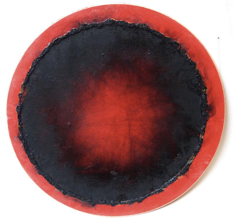 Incandescence : Tondo, 1990 brûlis sur acrylique et bois,  diamètre 31 cm, (c)  Christian Jaccard, ADAGP Paris 2011