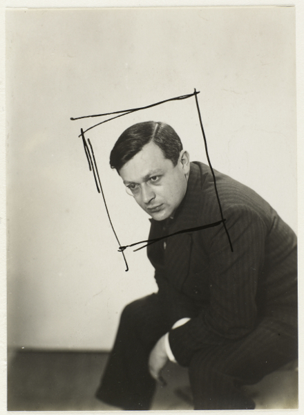 Tristan Tzara. L'Homme approximatif : 1. Man Ray, Tristan Tzara, vers 1924. Photographie.© Man Ray .