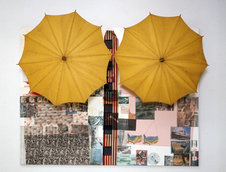 Robert Rauschenberg : Untitled (Spread). Robert Rauschenberg. solvants et acrylique sur panneau de bois avec parapluies, 189 x 246 x 89 cm.