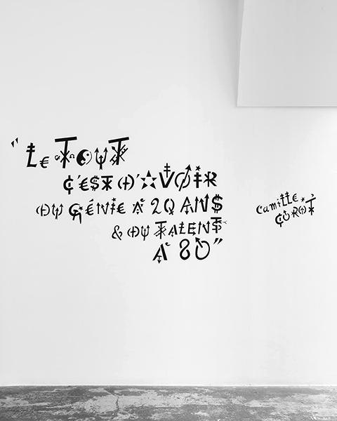 Jacques Villeglé – Alphabet(s) : Jacques Villeglé. Le tout c'est d'avoir du génie à 20 ans et du talent à 80 - Camille Corot. 2020-21, pochoir. © Tadzio