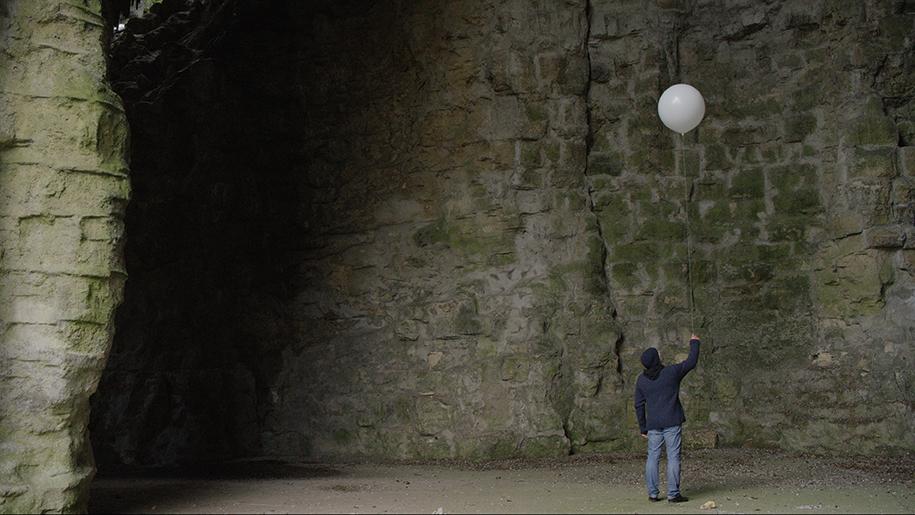 Mehdi Meddaci. Se Frotter les Yeux : Les Ballons Blancs, vidéogramme, 2015