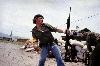 """Susan Meiselas - Médiations : Susan Meiselas Sandinistes aux portes du quartier général de la Garde nationale à Esteli : """"L'homme au cocktail Molotov"""", Nicaragua, 16 juillet 1979 Installation Molotov man, 1979-2009 © Susan Meiselas/Magnum Photos"""