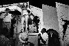 Susan Meiselas - Médiations : Susan Meiselas Lena juchée sur sa caisse, Essex Junction, Vermont, 1973. Série Carnival Strippers, 1972-1975 © Susan Meiselas/Magnum Photos