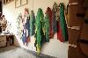 Elga Heinzen, le langage des plis : Dans l'atelier, Apparences et Drapeaux fixés au mur © Maya Palma