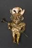 Le Pérou avant les Incas : Personnage avec masse rabattue. 250-500 apr. J.-C., Mochica moyen, cuivre doré et modelé, 27,7 x 14,1 cm. Museo Tumbas Reales de Sipán, Lambayeque