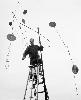 Alexander Calder – Arbres, Désigner l'abstraction : Alexander Calder pendant le montage de Nine Discs (1936) à Roxbury, CT, 1938 Calder Foundation, New York © 2013, Calder Foundation, New York / ProLitteris, Zurich Photo: Herbert Matter