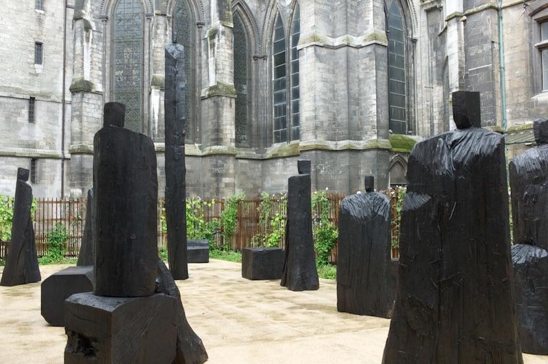 Christian Lapie. Dans les ténèbres. Commande de la Matmut, en dépôt à l'Historial Jeanne d'Arc, Rouen.